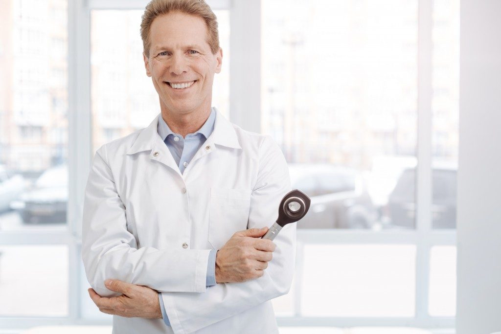 Doctor holding a magnifying medical instrument